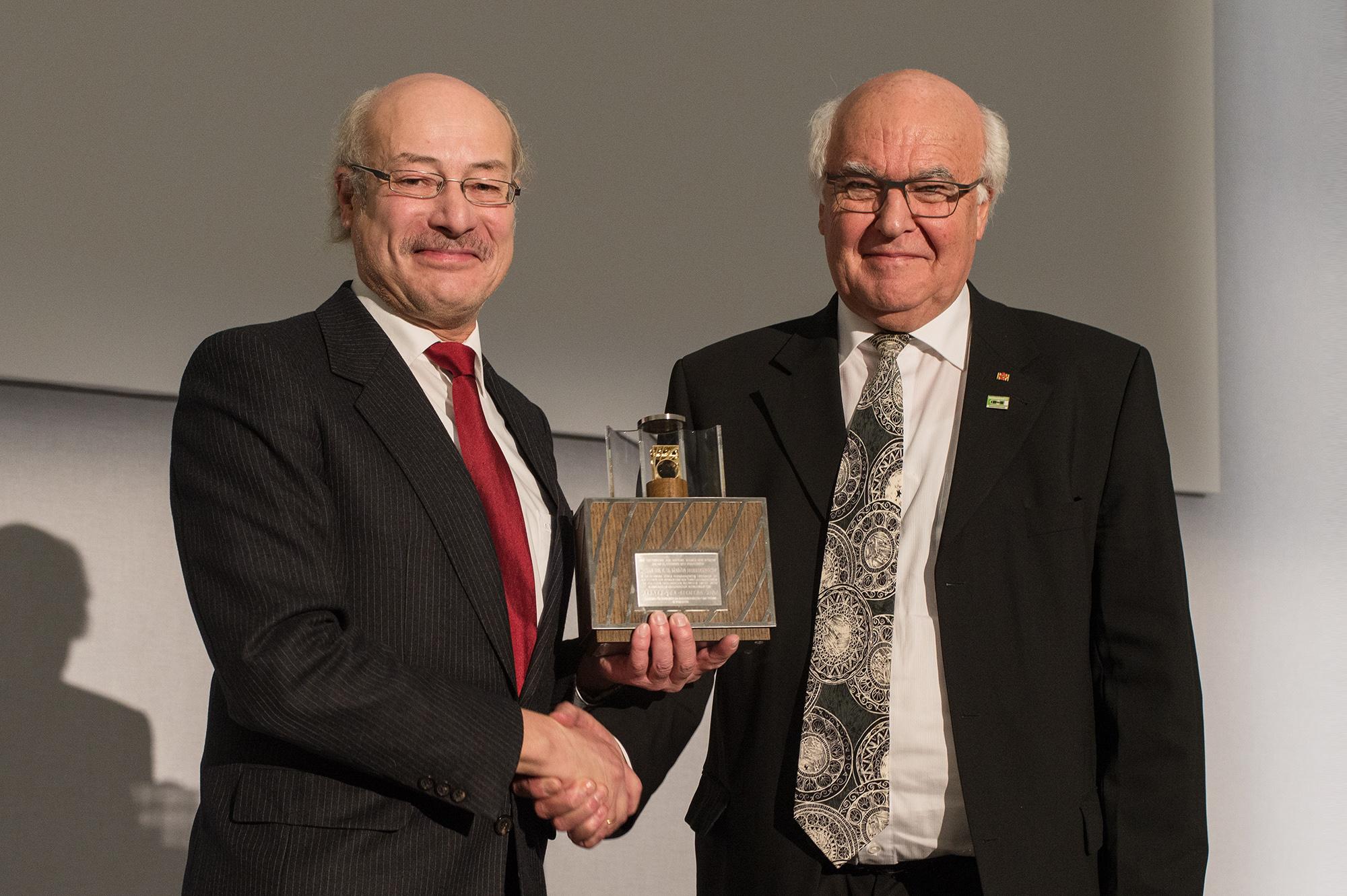Prof. Dr. Joachim Ullrich, Vorsitzender des Stiftungsrats der Stiftung Werner-von-Siemens-Ring, übergibt die traditionsreiche Ring-Auszeichnung an Tunnelpionier Dr.-Ing. E.h. Martin Herrenknecht.